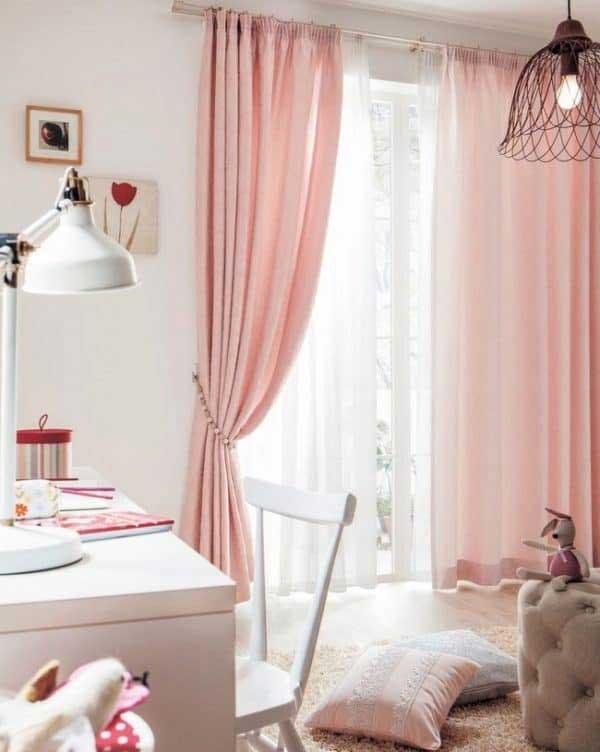 Căn phòng ngủ của bạn sẽ trở nên lãng mạn hơn rất nhiều khi sử dụng rèm vải lụa