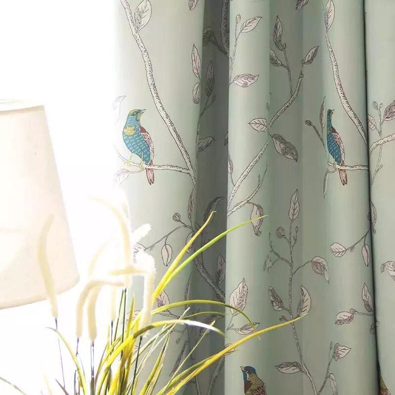 Rèm vải họa tiết chim đậu cành cây tạo ra không gian nhà ở sang trọng và lãng mạn