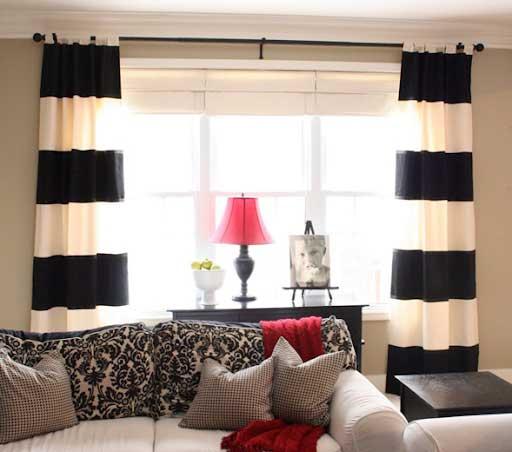 Mẫu rèm đen kẻ ngang to tạo sự mới lạ và sinh động cho phòng khách.