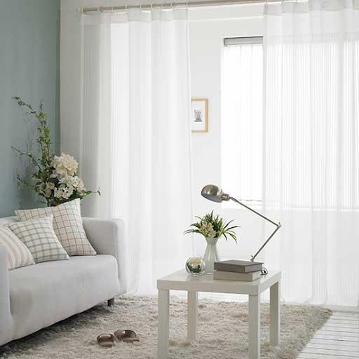 Rèm cửa trắng giúp căn phòng luôn tươi sáng và mới mẻ.