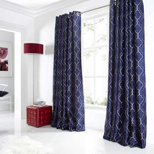 Rèm cửa bằng vải màu xanh đen với họa tiết là các đường cong màu trắng uốn lượn.
