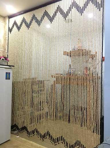 Rèm hạt gỗ phong thủy được sử dụng để chắn bàn thờ