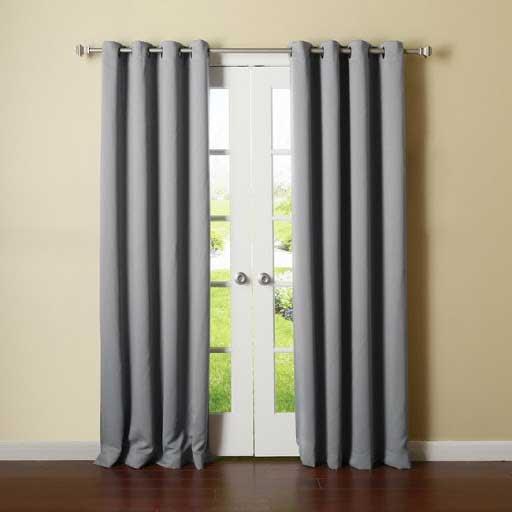Rèm cửa xám phối hợp với tường sơn màu đậm.