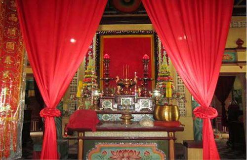 Có nên sử dụng rèm để che bàn thờ?