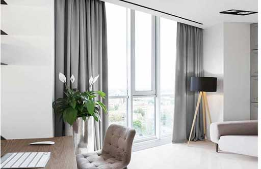 Rèm cửa xám rất phù hợp với tường sơn màu trắng.