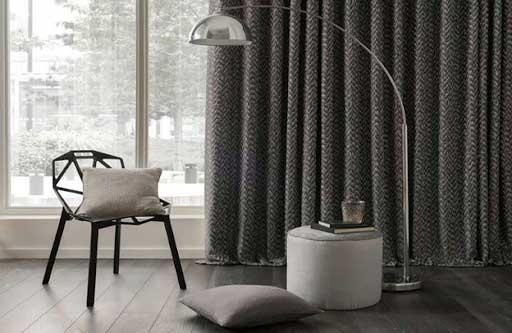Mẫu rèm cửa màu xám đậm kết hợp họa tiết đem lại sự độc đáo cho căn phòng.
