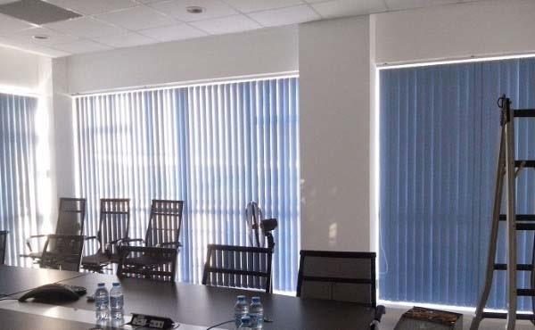 Rèm lá dọc che nắng cửa kính màu xanh