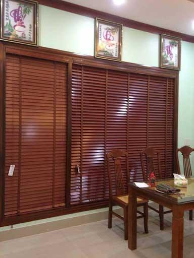 Rèm gỗ được sử dụng làm vách ngăn.