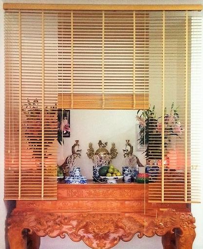 Rèm sáo gỗ được nhiều người yêu thích sử dụng để che bàn thờ chung cư