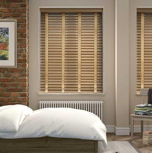 Mẫu rèm gỗ cửa sổ phòng ngủ.