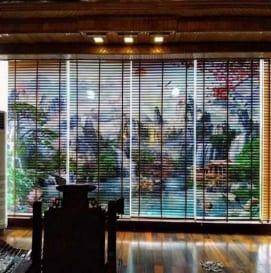 rèm gỗ phòng khách in tranh