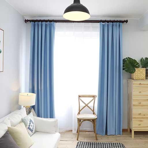 Rèm vải màu xanh dương nhạt 2 lớp.
