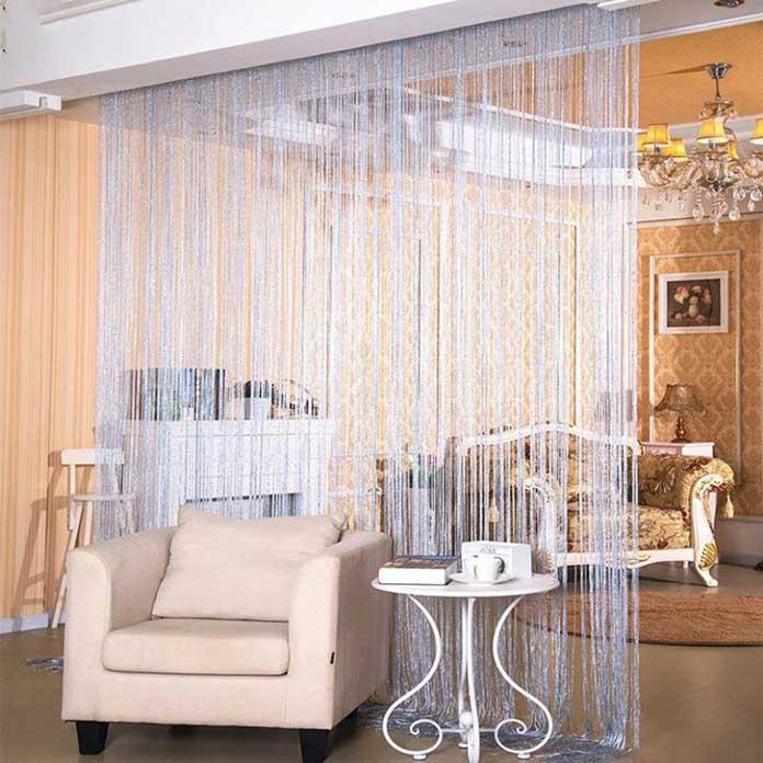 Rèm sợi kim tuyến màu trắng ngăn cách phòng khách và nhà bếp