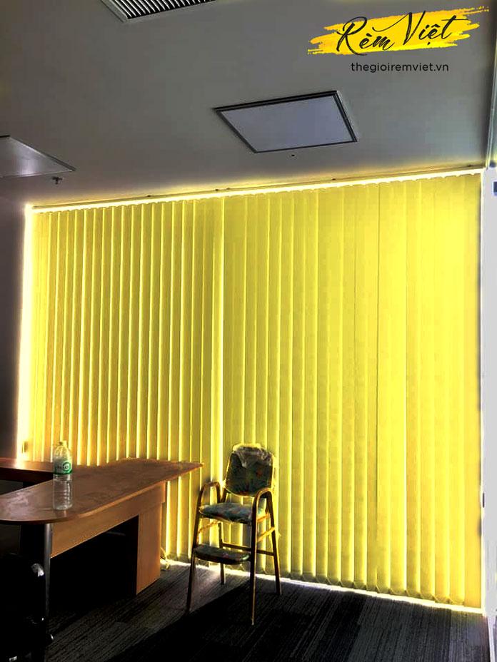 rèm lá dọc văn phòng màu vàng
