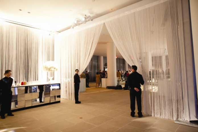 Rèm kim tuyến màu trắng cho không gian nhà hàng sang trọng