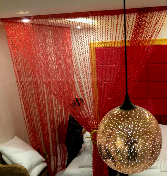 Rèm sợi chỉ màu đỏ lãng mạn dành cho không gian phòng ngủ ở khách sạn