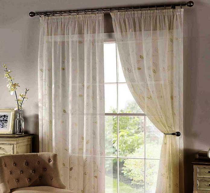 Sử dụng rèm vải voan hoạ tiết cho không gian cửa sổ