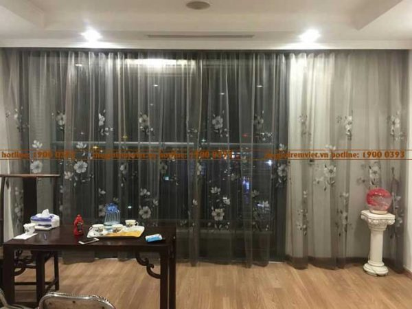 Lắp rèm vải voan thêu tại không gian phòng khách