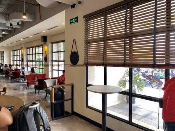 Lắp đặt rèm sáo gỗ cho không gian quán ăn
