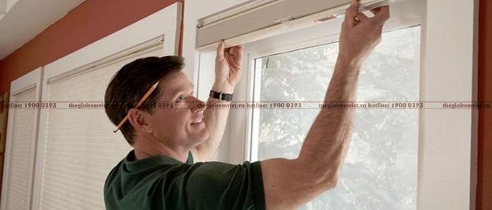 Kiểm tra khung cửa trước khi đo đạc