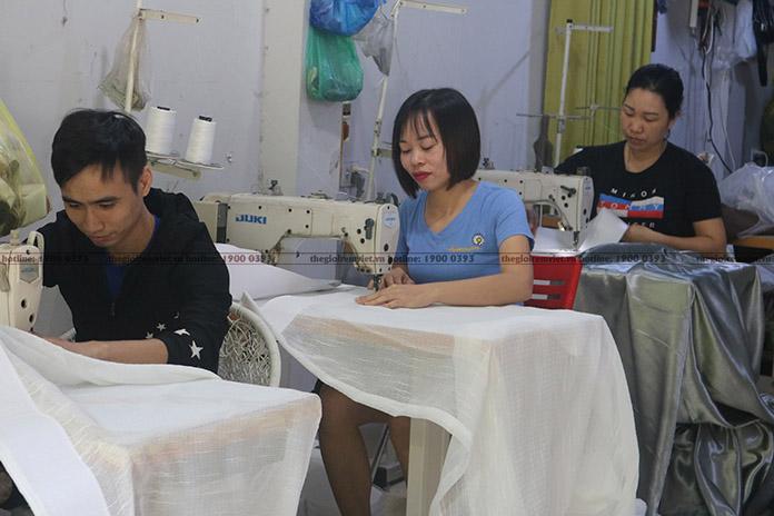 Các thợ may Thế giới rèm Việt đang hoàn thành mẫu rèm cho khách
