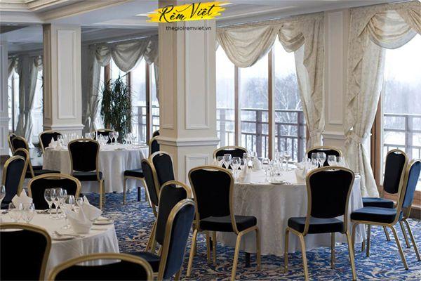 Rèm vải giúp không gian nhà hàng trở nên sang trọng