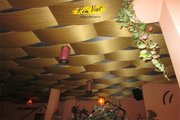 Rèm trần giúp trang trí không gian quán cafe trở nên sang trọng và lịch sự