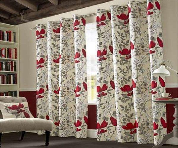Ấn tượng với những bông hoa đỏ hút mắt trên bộ rèm màu trắng